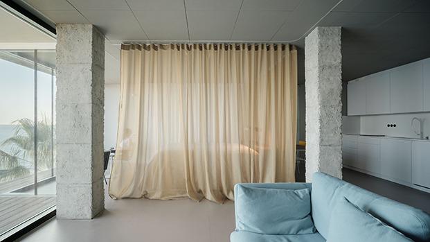 La cortina aisla el dormitorio de la zona de estar