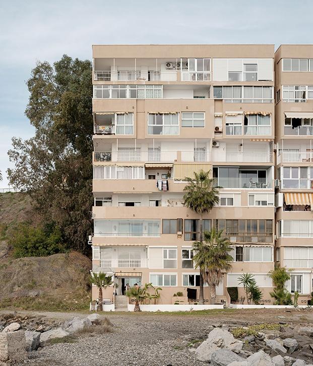 El interior sofisticado y poético contrasta con el exterior del clásico edificio de playa de los 60