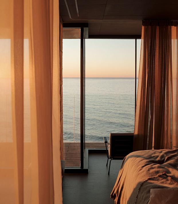 La luz y sus cambios a lo largo del día son los protagonistas de la vivienda