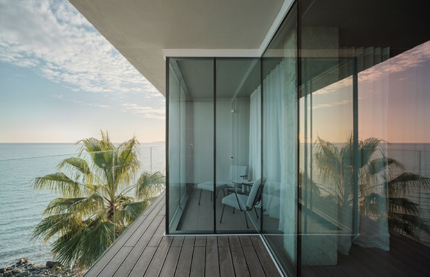 La terraza se abre al mar y a la costa