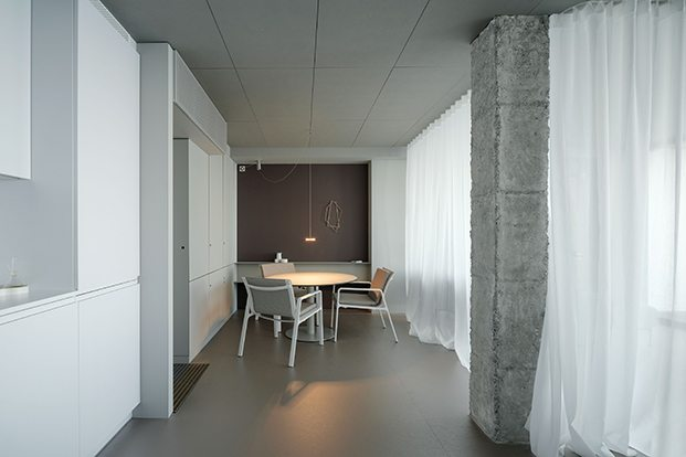 El comedor y la cocina, aislados con cortinas.