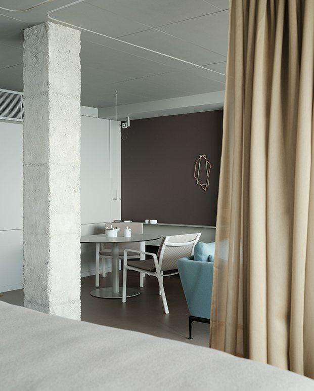 La cortina separa la zona de dormir, estar o la del comedor y la cocina
