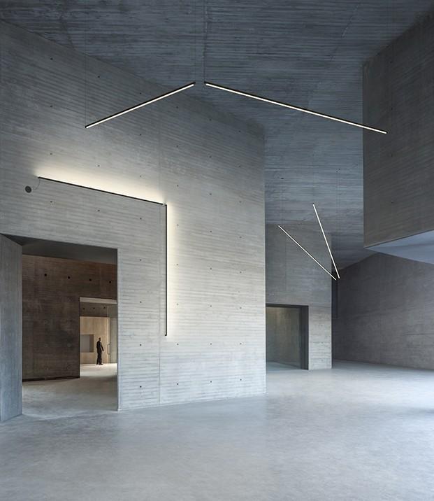 Los Sticks o barras de metal se pueden colgar de techos y   paredes y recorren el perímetro arquitectónico de cualquier espacio