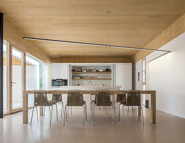 En esta cocina, obra de la arquitecta Marià Castelló la lámpara cuelga desde el techo y recorre una de las paredes