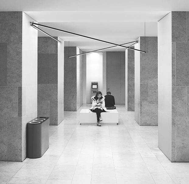 Interesante juego de luz con Sticks en una sala de espera.