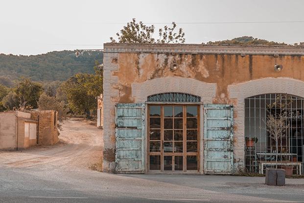 Restaurante Ses Escoles proyectado por Isabel López Vilalta en una antigua escuela