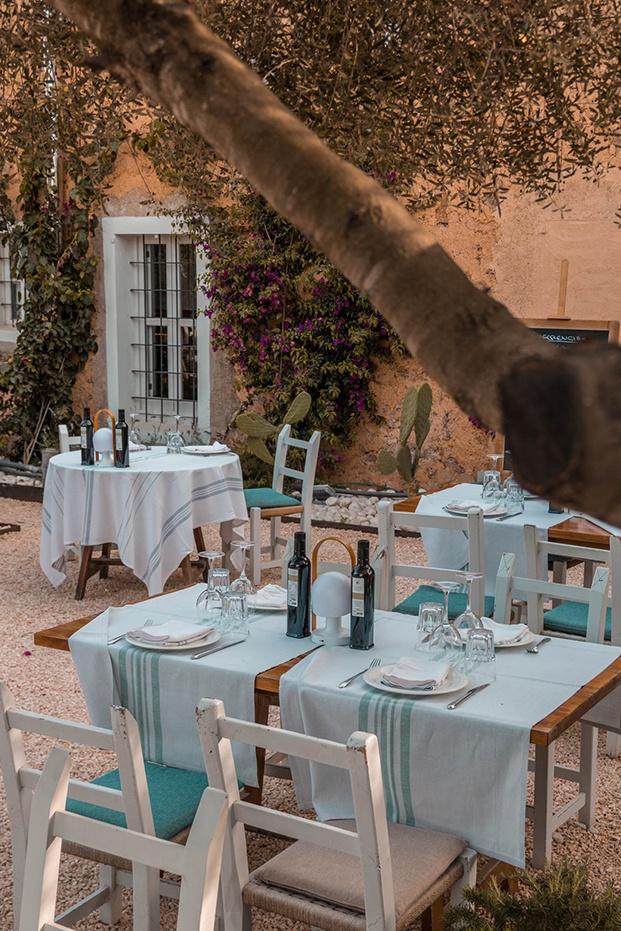 Mobiliario y decoración están hechos en la misma isla de Ibiza