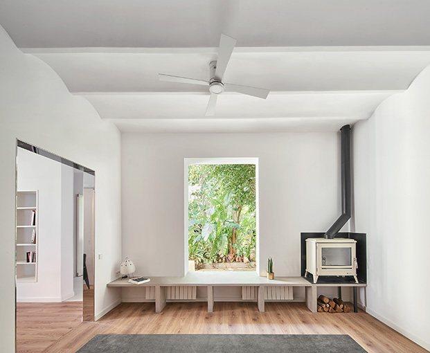 Una ventana y un banco conecta el jardín con el interior del apartamento creado por Raúl Sánchez en Viladecans