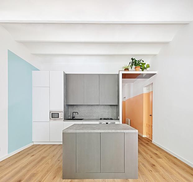 La cocina del apartamento de Raúl Sánchez se ha proyectado con una  isla central y conectada con el resto de los espacios