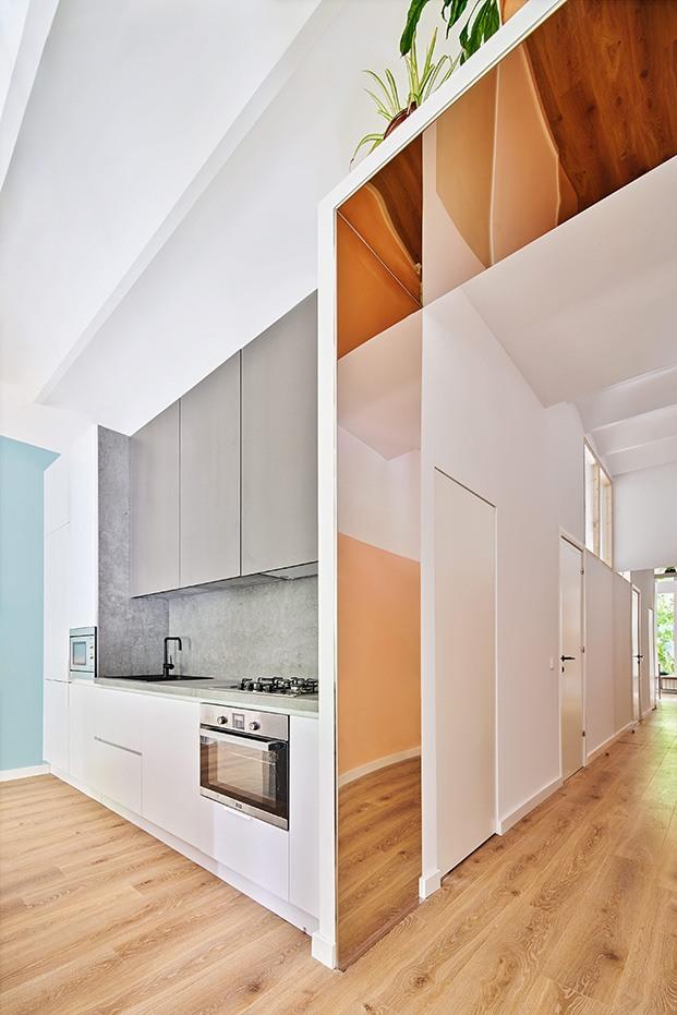 Vista de la cocina y del espacio compartido por el estar y el comedor que se abre al jardín interior