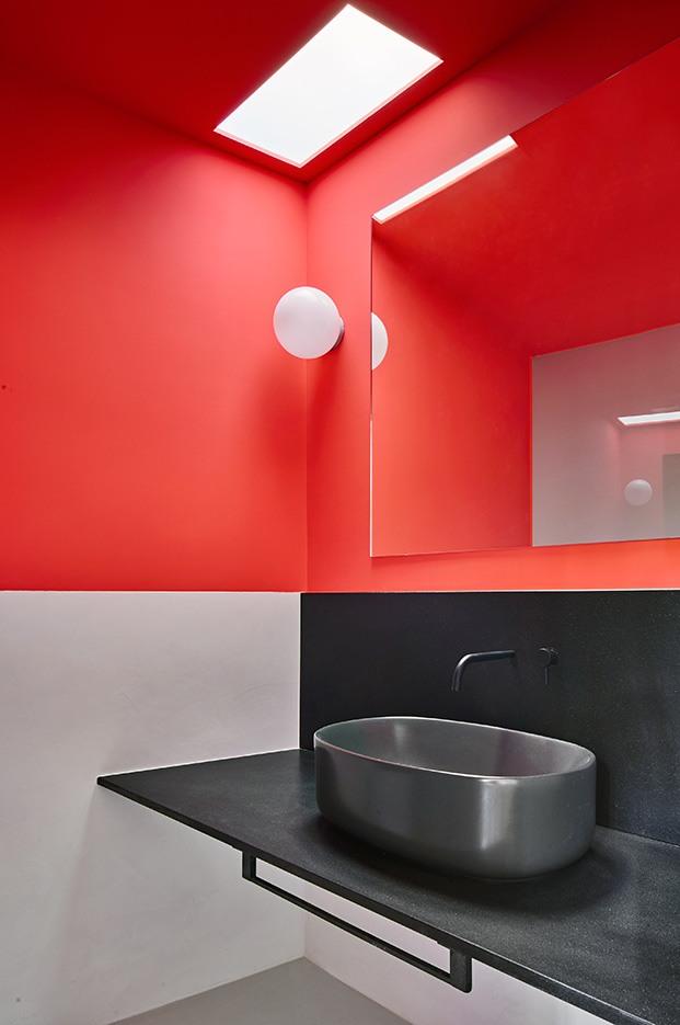 Rojo y negro para otro de los cuartos de baño en el apartamento de Raúl Sánchez