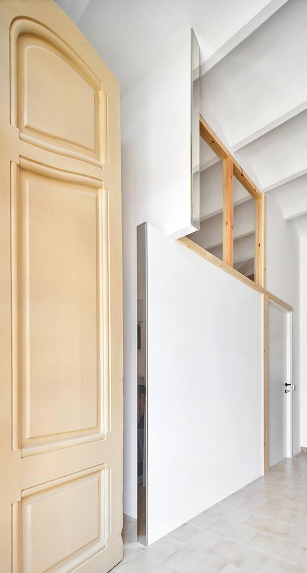 La intervención de Raúl Sánchez en el apartamento comienza en el vestíbulo que es común para las dos viviendas