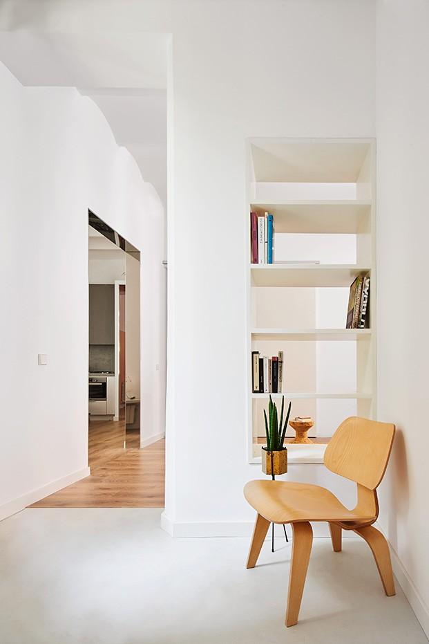 Una silla de los Eames que edita Vitra conecta uno de los pasos entre los espacios