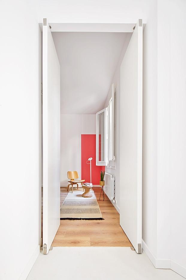 El blanco con toques de color, muebles de diseño y alfombras de nanimarquina delimitan los distintos ambientes
