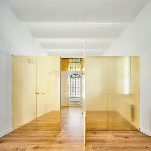 La caja mágica, además de camuflar los armarios conecta las habitaciones de las dos hermanas
