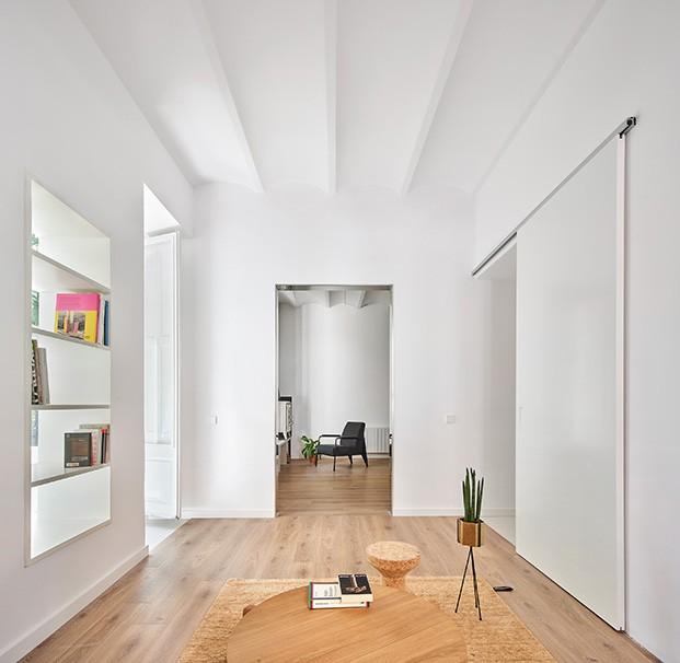 Aquí se puede ver la compleja distribución del apartamento en el que el arquitecto Raúl Sánchez conecta y separa los distintos ambientes