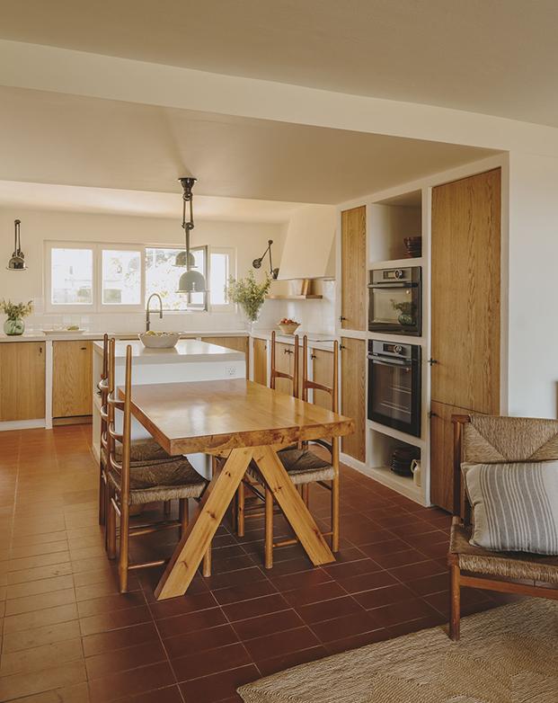 Vista de la cocina de la casa de playa reformada por la interiorista Isabel López Vilalta