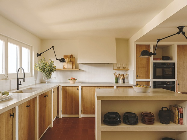 Vista de la cocina de esta casa de playa. En la reforma La interiorista Isabel López Vilalta respetó todos los muebles originales de madera de pino