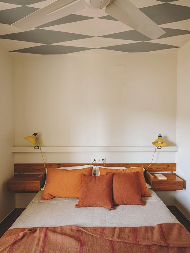 En los dormitorios la interiorista ha dado distintos toques de color en el techo