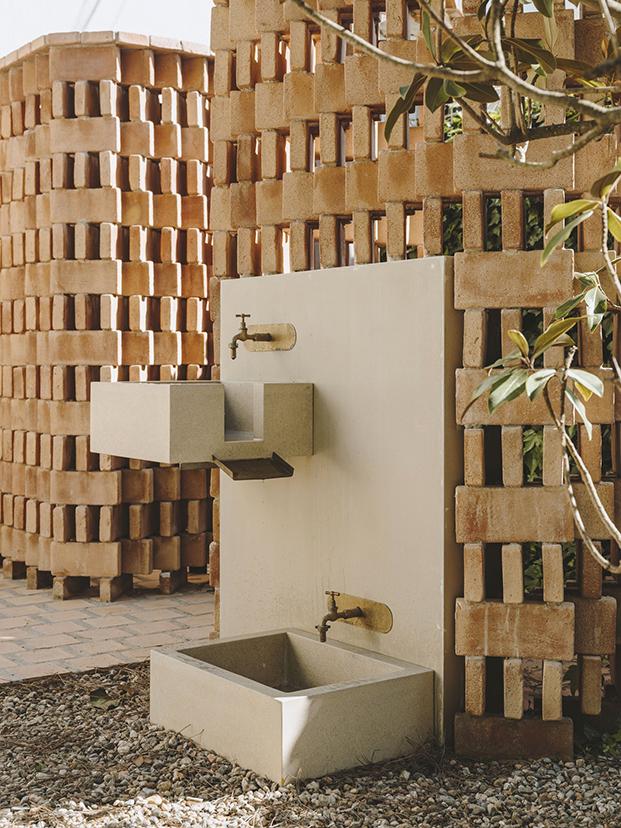 una celosía vista permite disfrutar de una ducha al aire libre y refrescarse y limpiarse la arena de los pies, en la fuente que se ha diseñado especialmente ello.