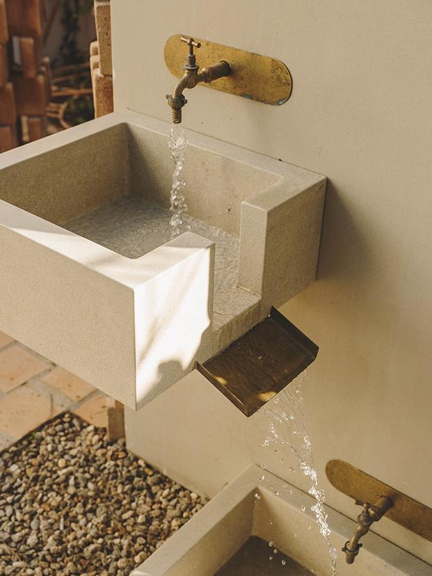 Detalle de la fuente diseñada especialmente por la interiorista Isabel López Vilalta para esta casa de vacaciones en la playa