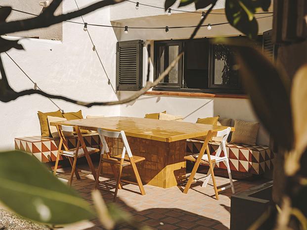 Otra vista de la  mesa y un banco construidos en la cerámica esmaltada clásica de esta  zona, un diseño de la interiorista Isabel López Vilalta para esta casa de playa en Calella