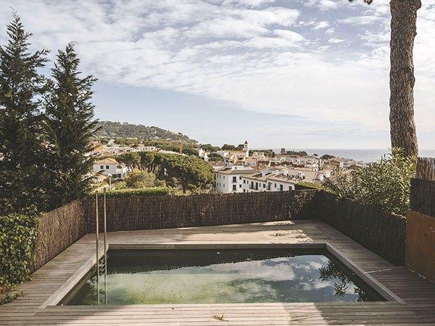La nueva piscinas con vistas al pueblo de Calella, el mar y la playa