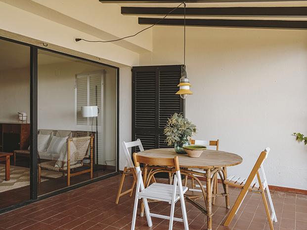 Agradable zona de estar al aire libre en la casa de playa redecorada y actualizada por Isabel López Vilalta