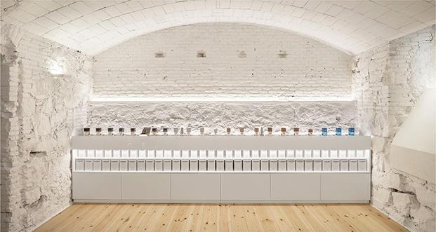 Jofre Roca Arquitectes ha creado los muebles a la medida del espacio y los frascos de perfumes
