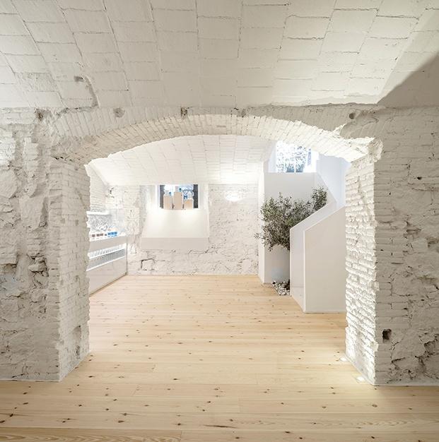 La sede de la perfumería Carner Barcelona luce los elementos constructivos típicos de la arquitectura catalana muros de piedra y ladrillo y techos de v