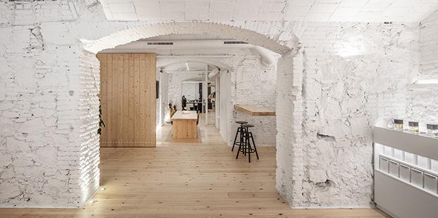 Las paredes encaladas en blanco combinan con los muebles, puertas y pavimentos de madera de pino sostenible y certificada