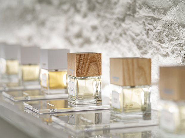 Los expositores, creados a medida de los frascos de los perfumes de Carner Barcelona