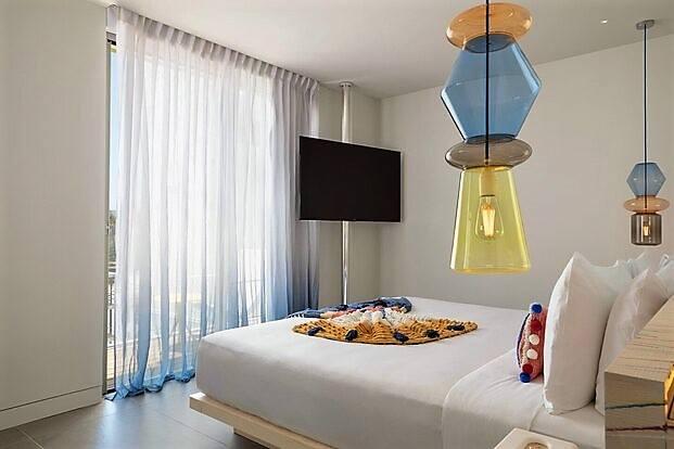 El blanco y los tonos pasteles, más la artesanía propia de Ibiza protagonizan las cómodas habitaciones del hotel W Ibiza