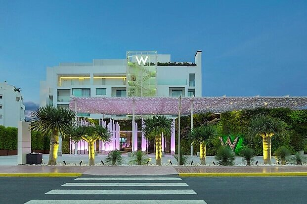 Hotel W Ibiza. Fachada iluminada