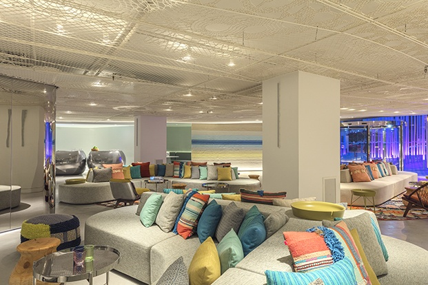 Los alegres colores del mar y la playa cercana protagonizan el ambiente del  lobby del W Ibiza