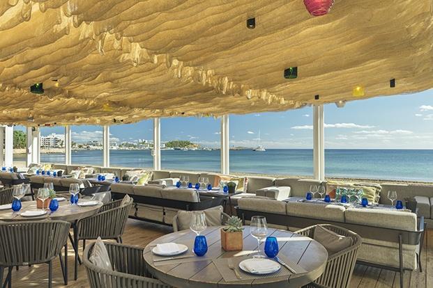 No faltan los cafes, terrazas, bares y chiringuito de playa en el hotel W Ibiza