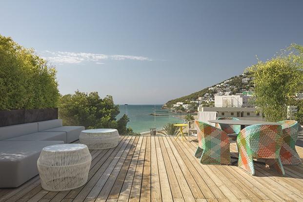 El exterior del W Ibiza se funde con el mar y el horizonte