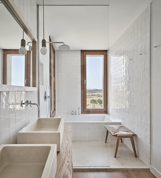 Para los baños se ha optado por un interiorismo contemporáneo y presidido por el color blanco