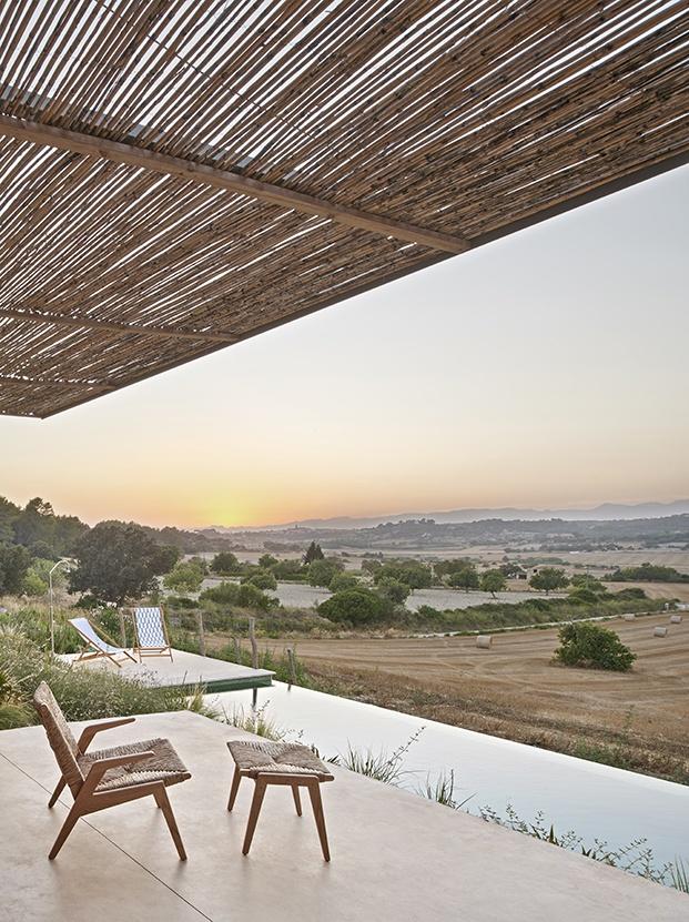 Una pérgola de cañizo, diseño de los arquitectos protege del sol de Mallorca