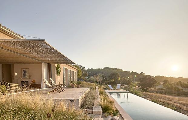 Todo en esta casa de vacaciones en Mallorca se ha diseñado pensando en la sostenibilidad. La construcción se adapta a la pendiente del terreno