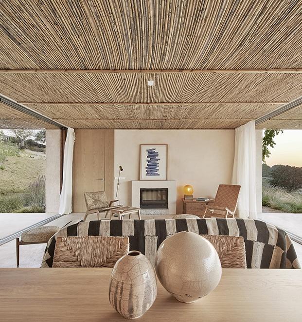La casa está abierta por ambos extremos y decorada con mobiliario autóctono hecho por artesanos de Mallorca