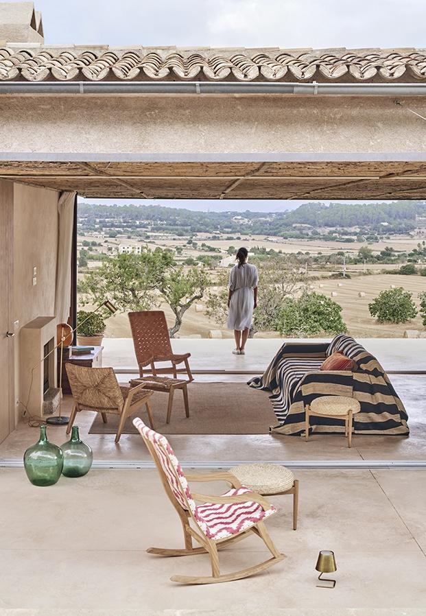 Una antigua pantalla de cine Cinemascope ha inspirado la creación de un marco que encierra el paisaje de Mallorca