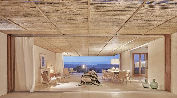 El El salón comedor puede transformarse en interior o exterior gracias a unas ventanas correderas que se camuflan en la fachada