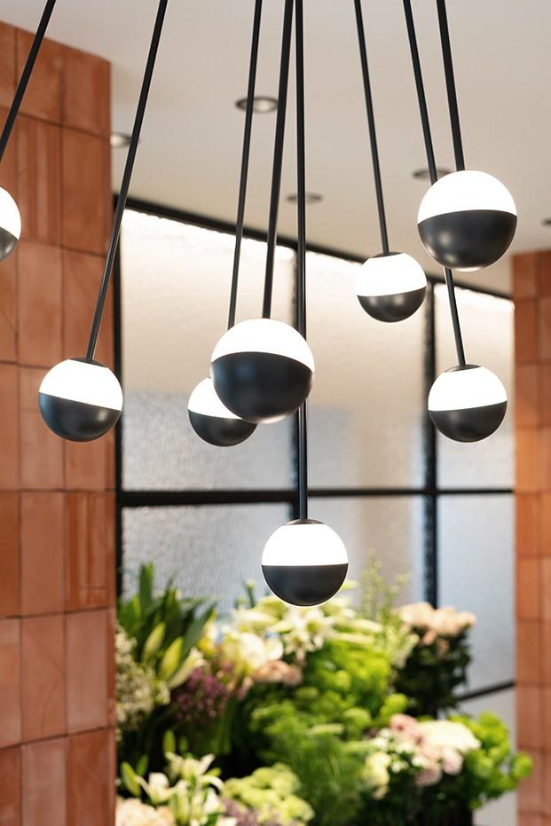 Alfi, inspirada en los alfileres de sastrería, es una lámpara multipremiada, diseño de José Manuel Ferrero de estudi{H}ac para Estiluz