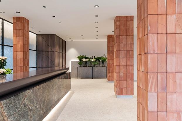 Ladrillo, piedra y terrazo, materiales sólidos  y sobrios que contrastan con la fragilidad y el dinamismo de las flores