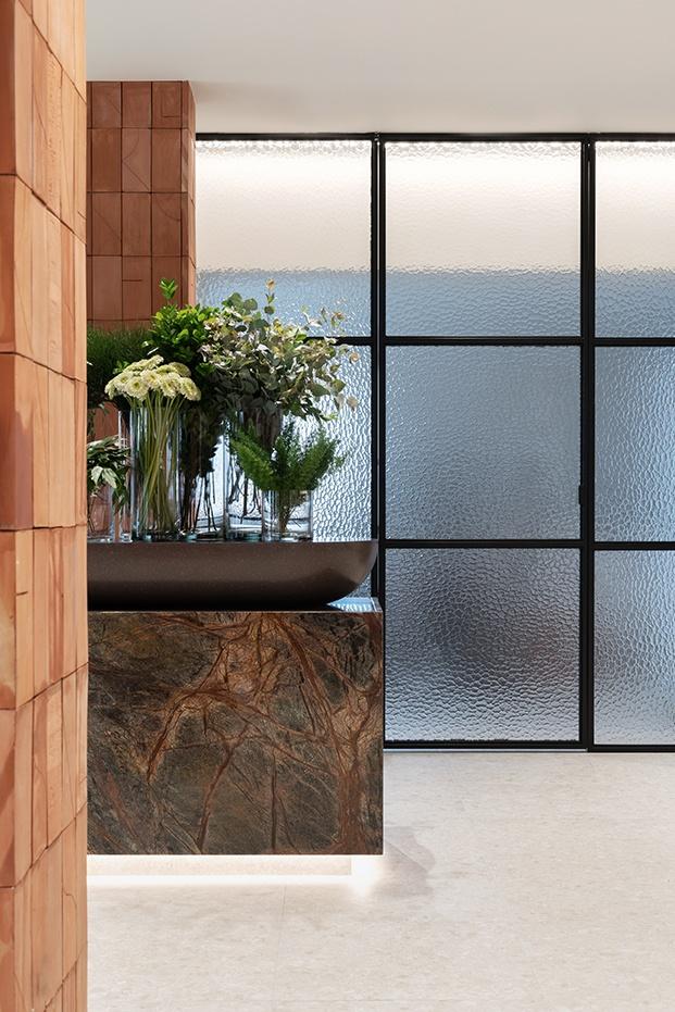 Detalle de la pared de cristal inspirada en el agua