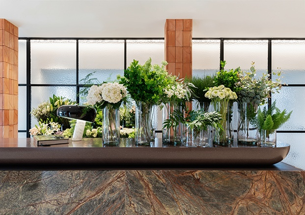 La fragilidad de las flores contrasta en la floristería RosanFlor con la solidez de los materiales