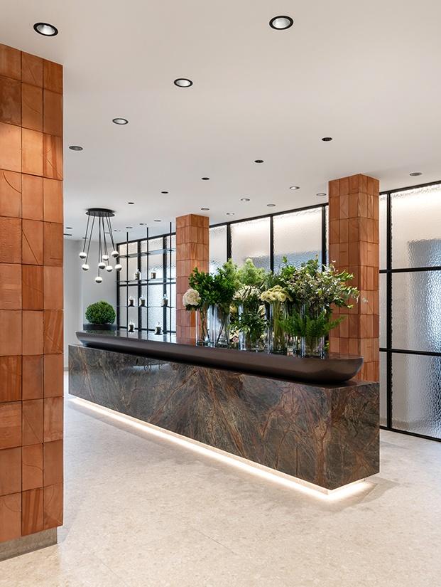 Piedra, terracota, crista y una iluminación muy cuidada le dan un aspecto sobrio y elegante