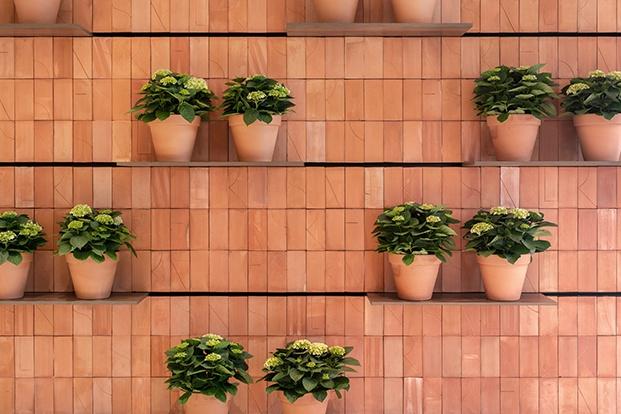 Detalle del muro de ladrillos con estantes movibles creado  y adaptado a la medida de la floristería RosanFlor