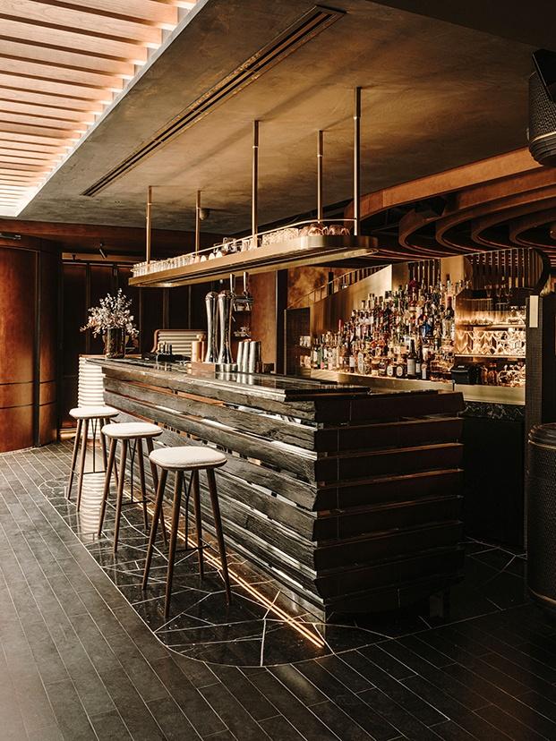 Otra vista de la barra rrevestida con listones de madera teñida en negro